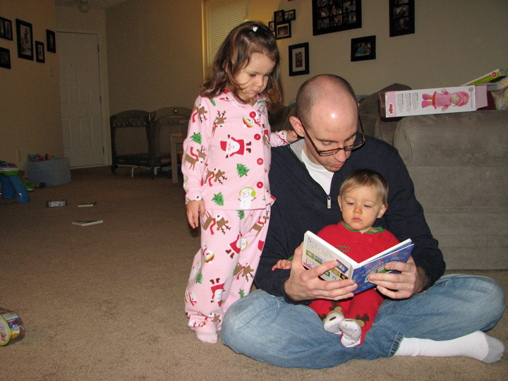 Christmas 09-10 Daddy kids reading